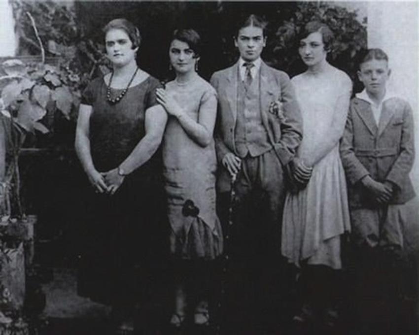 Aos 16 anos, com as irmãs Adriana e Christina e os primos Carmen e Carlos Verasa, em 1924