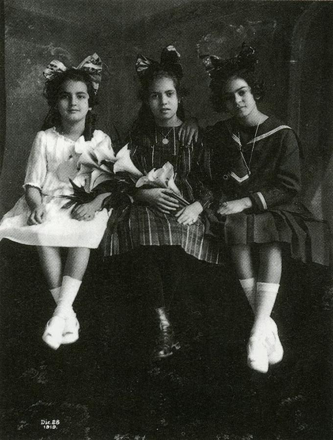 Aos 12 anos, com a irmã Cristina (esquerda) e sua melhor amiga, Isabel Campos (centro), em 1919