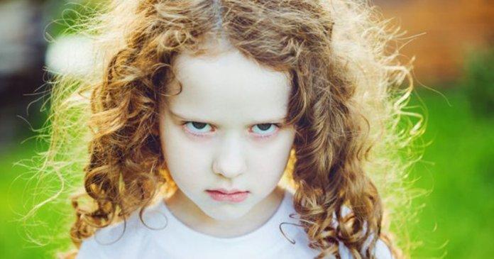 Criança com cara de mau para impedir abuso sexual