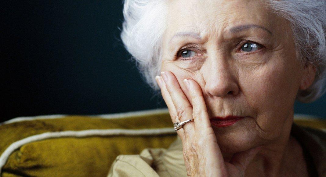 Foto de mulher mais velha pensando nos arrependimentos da vida