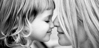Imagem de mãe e filha juntas, representando pais mentalmente fortes