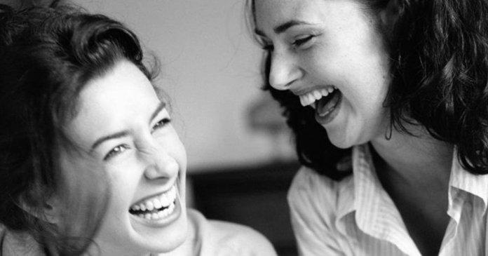 Duas mulheres rindo com niveis de serotonina elevados