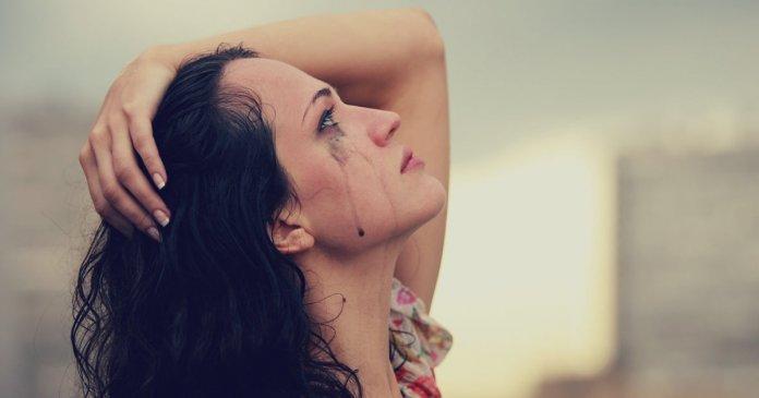 mulher com Cansaço chorando